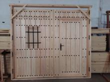 portón rústico con portoncillo