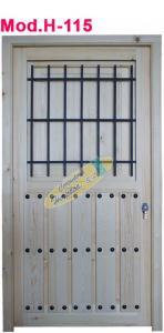 puerta de madera con reja y clavos