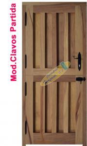puerta exterior en madera de iroko, de clavos partida